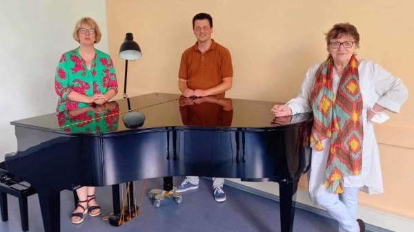 Sabine Lehmbeck und Ursula Caberta besuchen Michael Nix bei der Musikschule Winsen