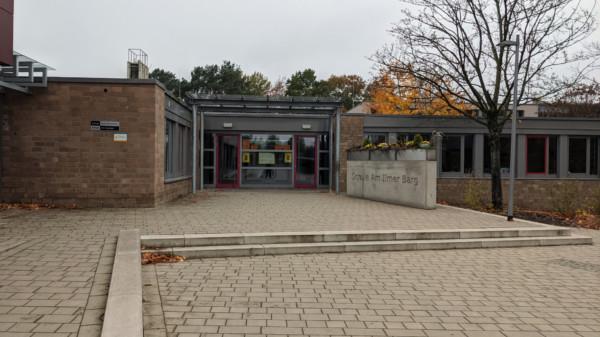 Haupteingang der Schule am Ilmer Barg in Roydorf